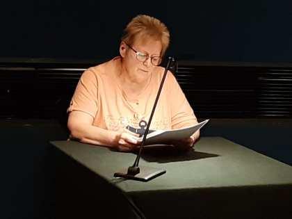 """Rosa Ananitschev liest aus der Anthologie """"Über Mut - Über Leben: Vom Opfer zum Helden""""."""