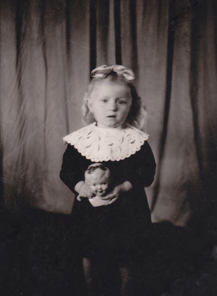 Die kleine Rosa Schütz, vier Jahre alt.